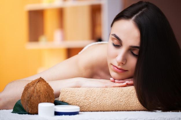 Mulher bonita, recebendo tratamentos de spa no estúdio de beleza