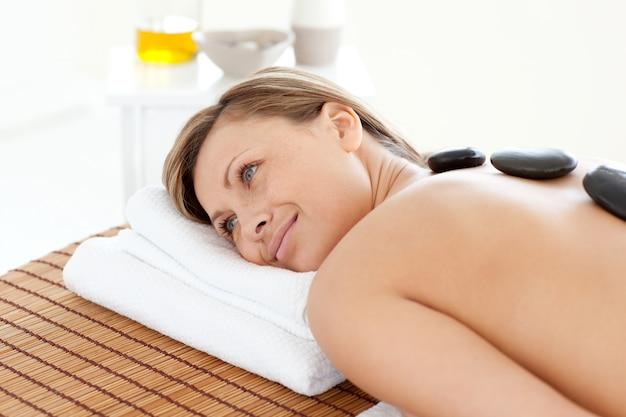Mulher bonita relaxando em uma mesa de massagem