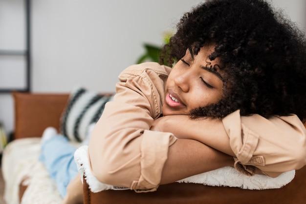 Mulher bonita relaxando no sofá