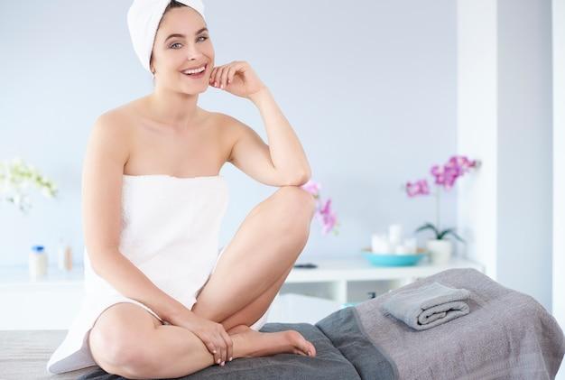 Mulher bonita relaxando no spa