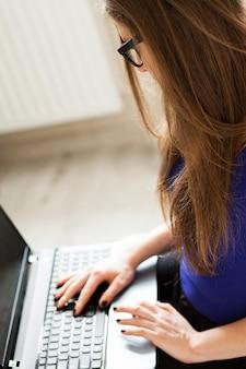 Mulher bonita relaxante com notebook
