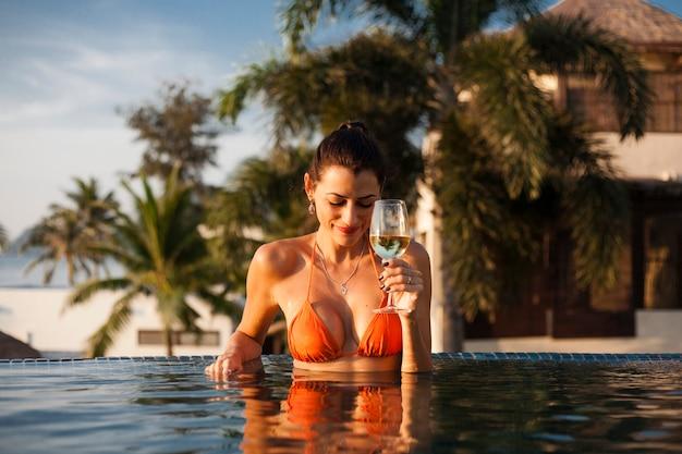 Mulher bonita, relaxante, em, um, piscina