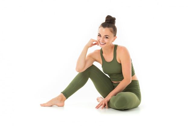 Mulher bonita relaxar depois de fazer esportes e sorrisos