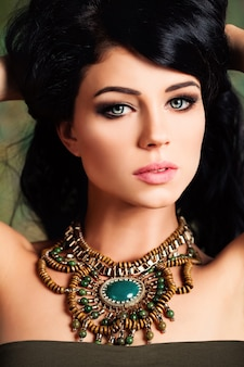 Mulher bonita. retrato da moda da menina morena.