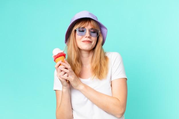 Mulher bonita ruiva e um sorvete. conceito de verão