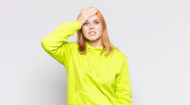 Mulher bonita ruiva em pânico por causa de um prazo esquecido, estressada, tendo que cobrir uma bagunça ou erro