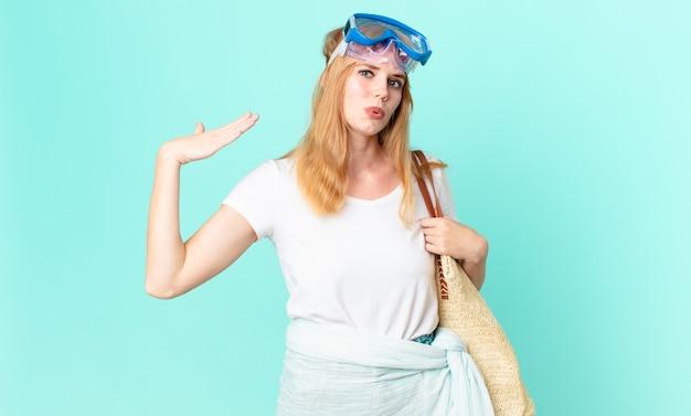 Mulher bonita ruiva se sentindo estressada, ansiosa, cansada e frustrada com óculos de proteção. conceito de verão