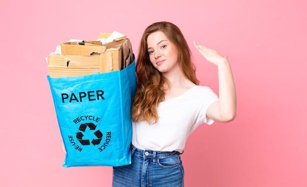 Mulher bonita ruiva se sentindo estressada, ansiosa, cansada e frustrada segurando um saco de papel reciclado