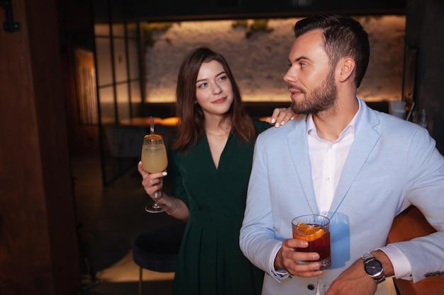 Mulher bonita se aproximando bonito homem elegante no bar