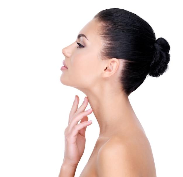 Mulher bonita se preocupa com a pele do pescoço - isolado no branco
