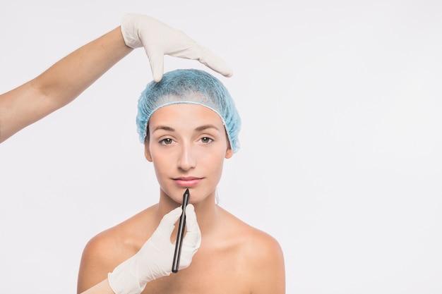 Mulher bonita se preparando para injeção por médico