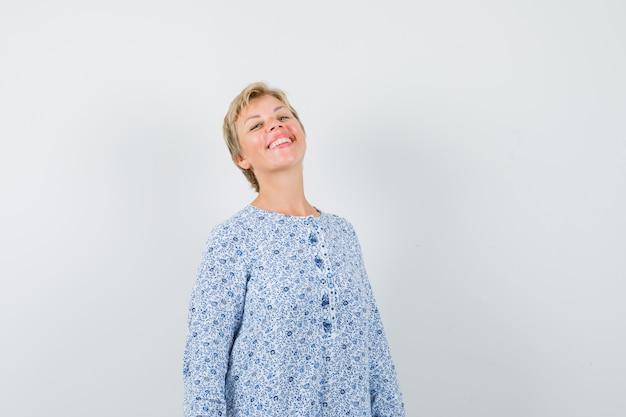 Mulher bonita se sentindo bem em uma blusa estampada e parecendo feliz. .