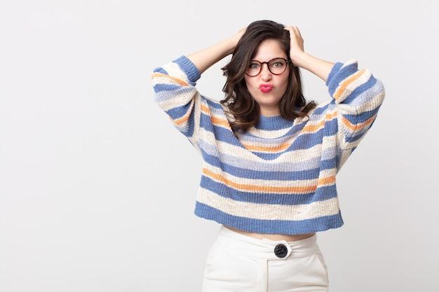 Mulher bonita se sentindo frustrada e irritada, cansada e cansada do fracasso, farta de tarefas enfadonhas e enfadonhas