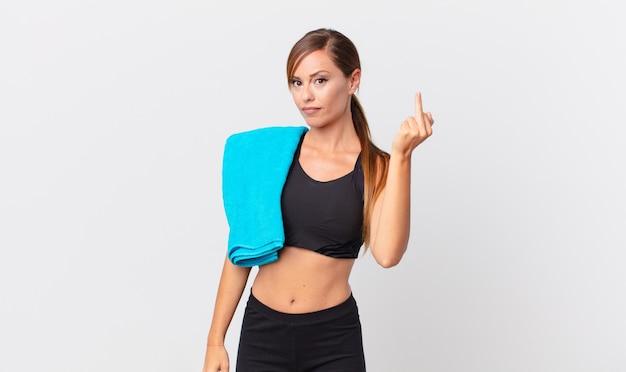 Mulher bonita se sentindo irritada, irritada, rebelde e agressiva. conceito de fitness