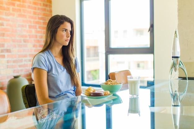 Mulher bonita se sentindo triste, chateada ou com raiva e olhando para o lado com uma atitude negativa, franzindo a testa em desacordo