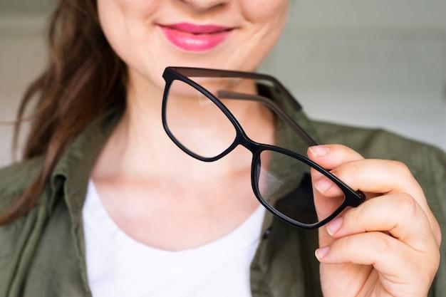 Mulher bonita, segurando óculos
