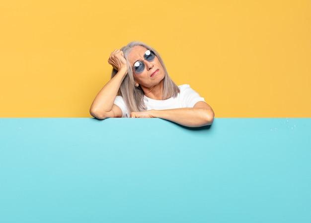 Mulher bonita sênior de óculos escuros. copie o conceito de espaço