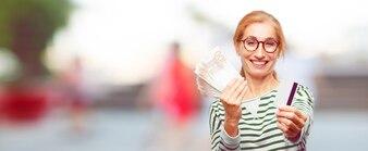 Mulher bonita sênior pagar, comprar ou conceito de dinheiro