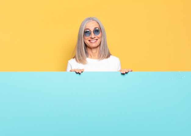 Mulher bonita sênior usando óculos de sol - cópia do conceito de espaço