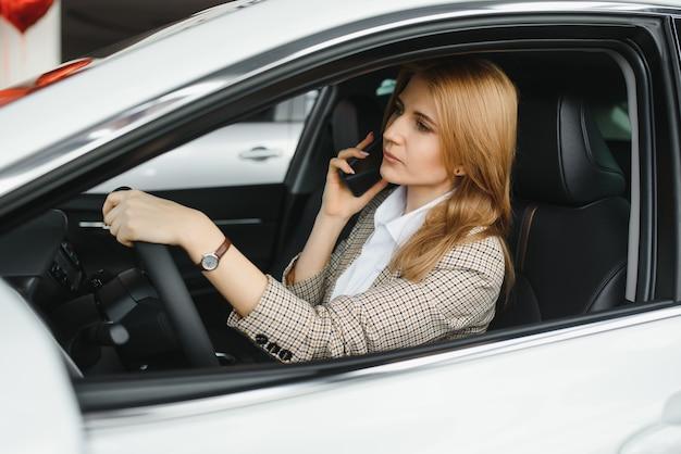 Mulher bonita sentada ao volante de um carro