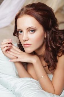 Mulher bonita sexy em lingerie na cama