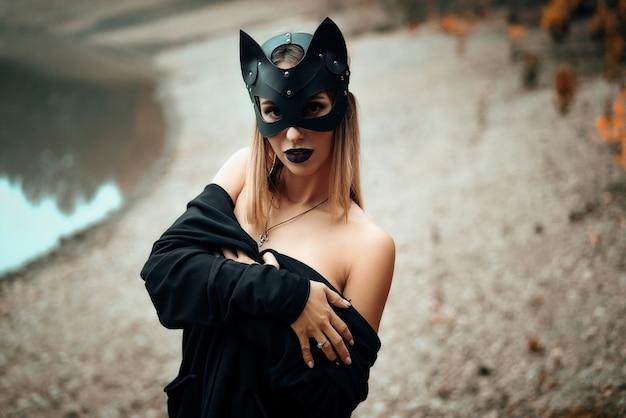 Mulher bonita sexy na máscara de gato preto.