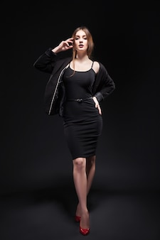 Mulher bonita sexy vestido de noite contra o escuro