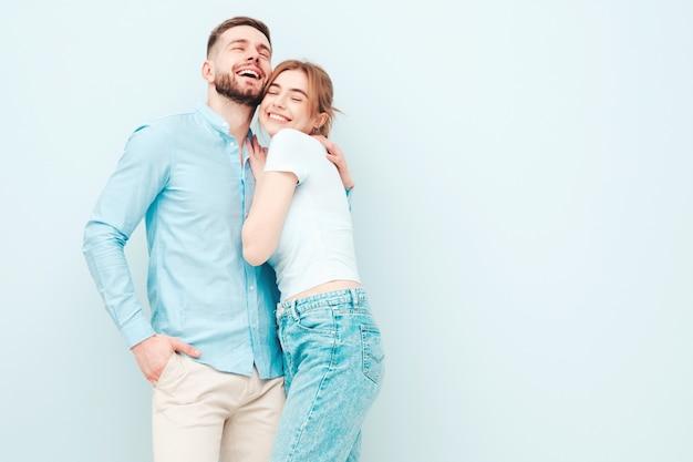 Mulher bonita sorridente e seu namorado lindo Foto gratuita