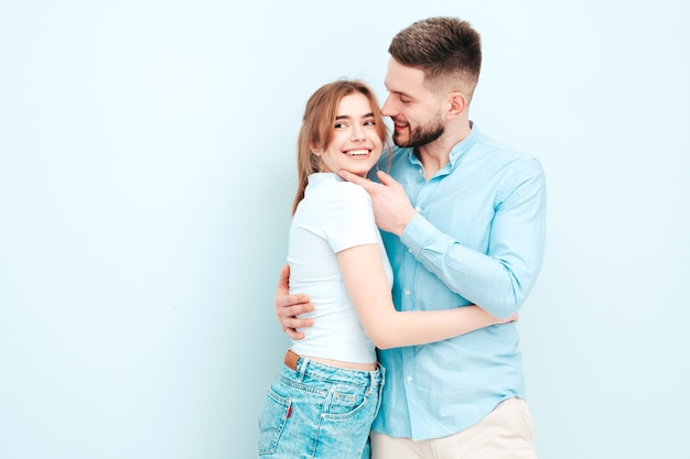 Mulher bonita sorridente e seu namorado lindo