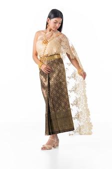 Mulher bonita sorrindo em traje tradicional nacional da tailândia.