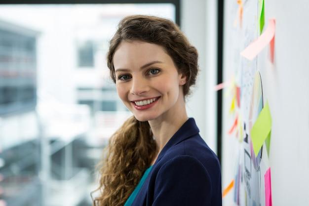 Mulher bonita sorrindo no escritório