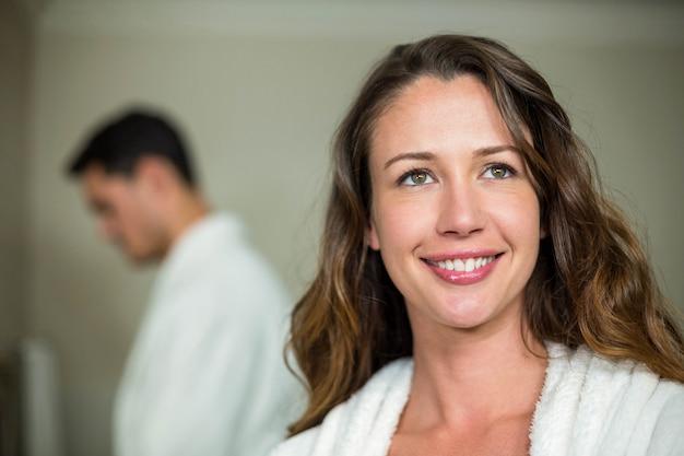 Mulher bonita sorrindo para a câmera no banheiro