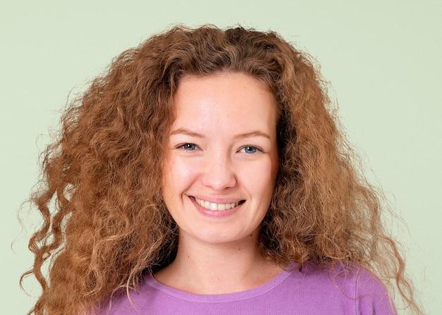 Mulher bonita sorrindo, retrato de rosto feliz close-up