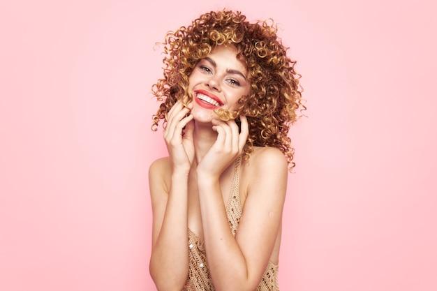 Mulher bonita sorriso bonito com cabelo encaracolado maquiagem brilhante