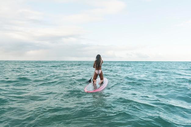Mulher bonita surfando no havaí
