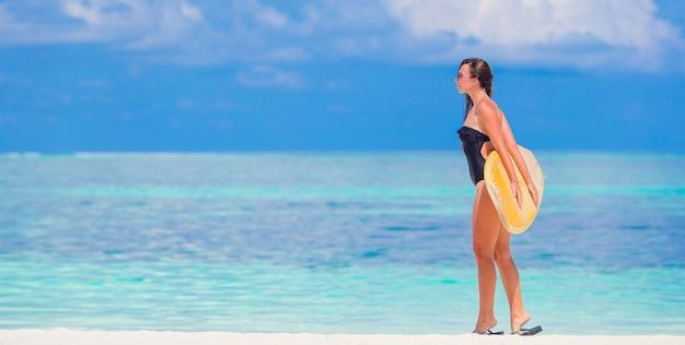 Mulher bonita surfista fitness surfar durante as férias de verão