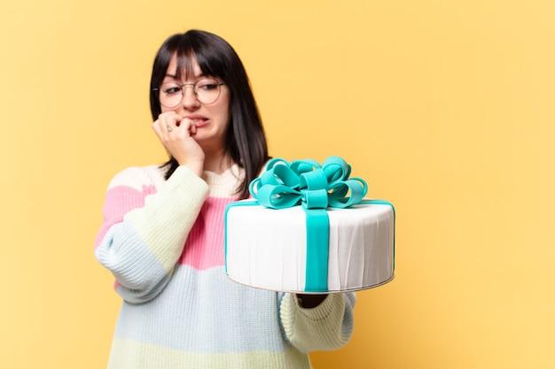 Mulher bonita tamanho plus size com bolo de aniversário