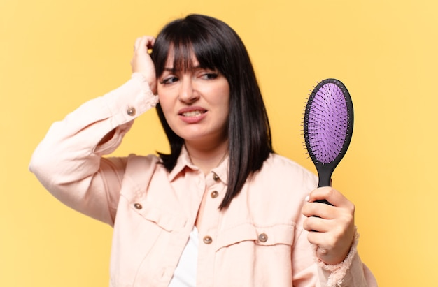 Mulher bonita tamanho plus size com escova de cabelo