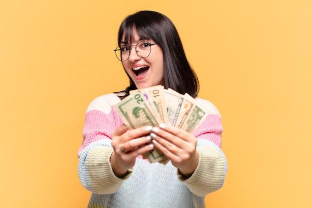 Mulher bonita tamanho plus size com notas de dólar
