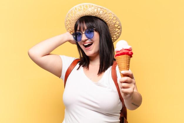 Mulher bonita tamanho plus size com óculos escuros, sorvete e chapéu nos feriados