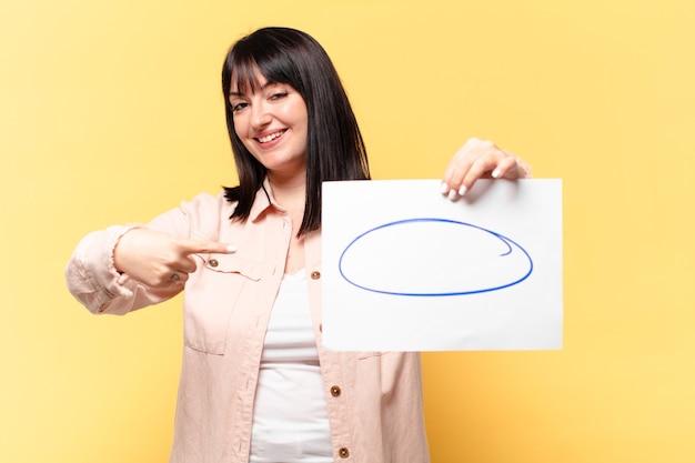 Mulher bonita tamanho plus size mostrando uma folha de papel para comentários