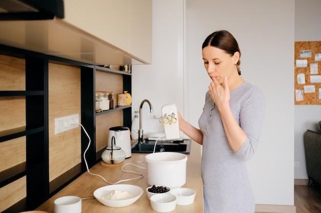 Mulher bonita, tentando o que ela cozinha