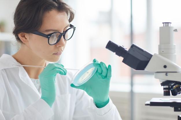 Mulher bonita, teste de cosméticos em laboratório