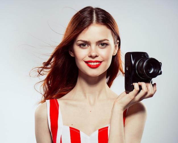 Mulher bonita tira fotos com a câmera