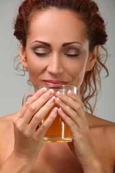 Mulher bonita toalha com chá de ervas