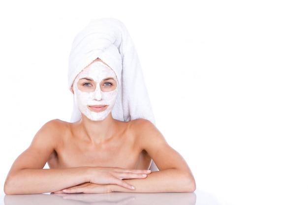 Mulher bonita toalha com máscara facial
