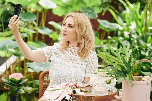 Mulher bonita tomando selfie