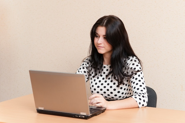 Mulher bonita trabalha para laptop