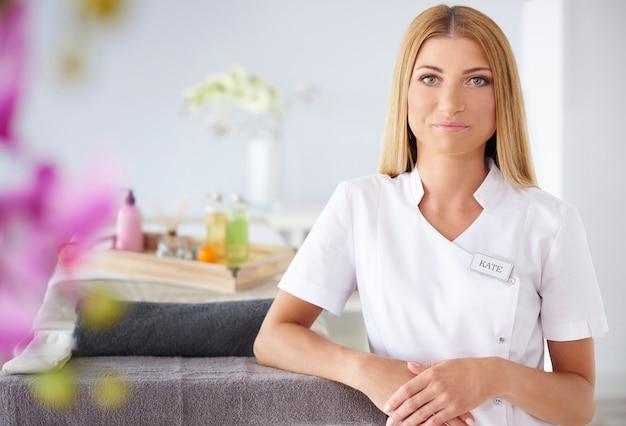 Mulher bonita trabalhando em salão de spa
