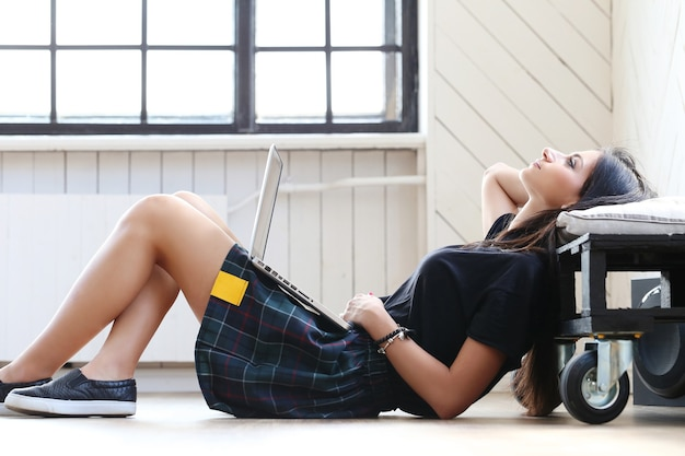 Mulher bonita trabalhando em seu laptop